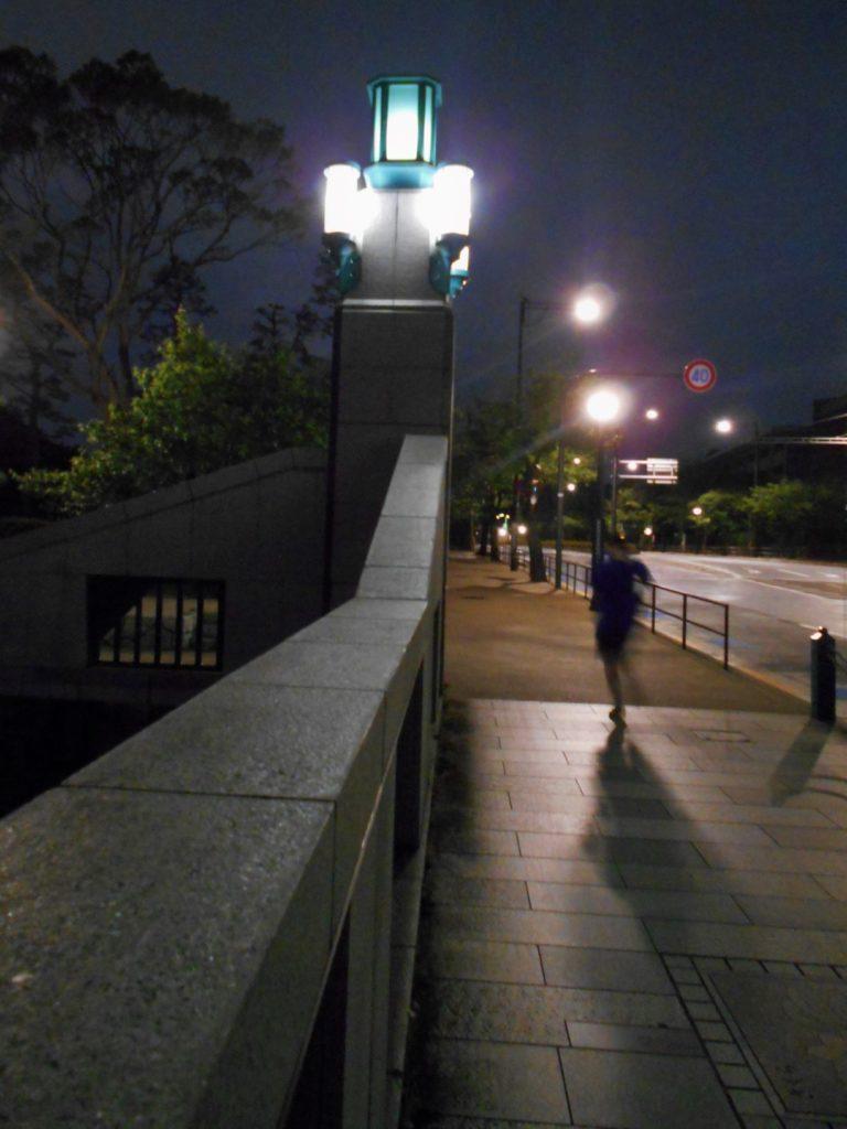 夜の竹橋の画像。