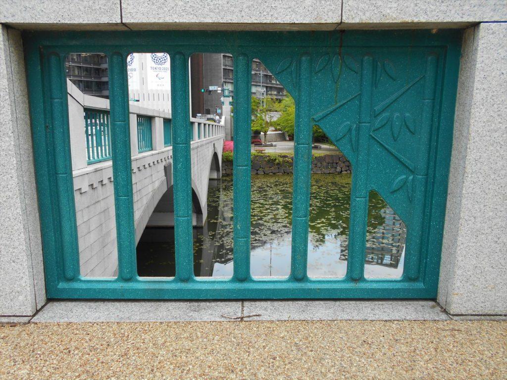 竹橋の高欄にデザインされた竹の画像。
