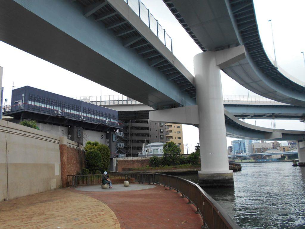 首都高両国大橋と堅川水門の画像。