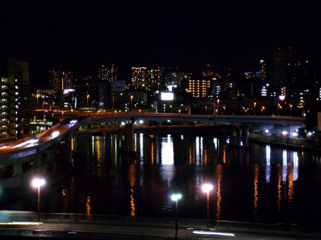 夜の首都高速両国大橋の画像。