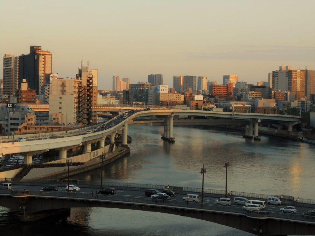 夕暮れの首都高速両国大橋の画像。