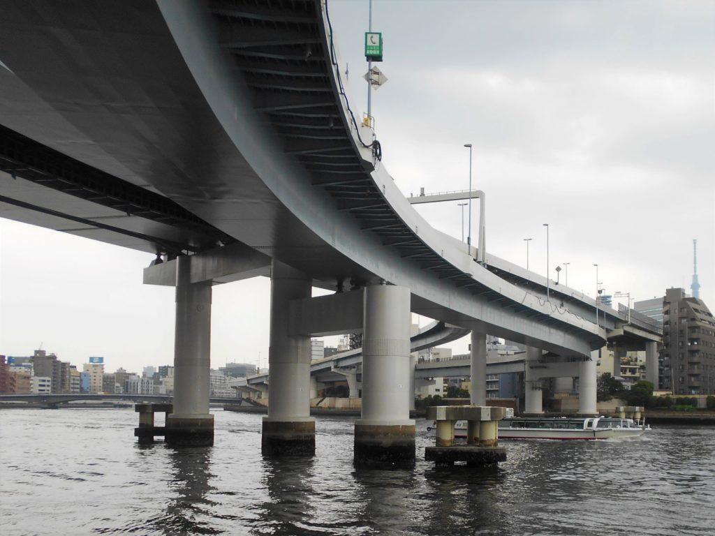 首都高速両国橋を水上バスが通る画像。