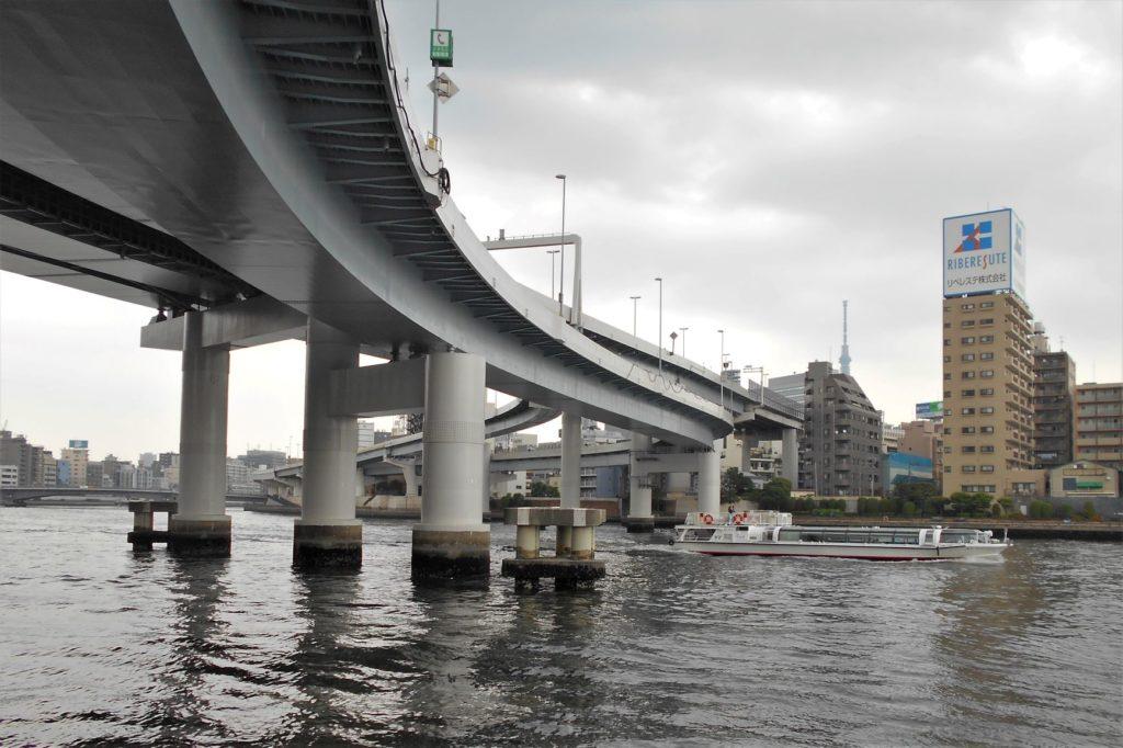 首都高速両国大橋をくぐる水上バスの画像。
