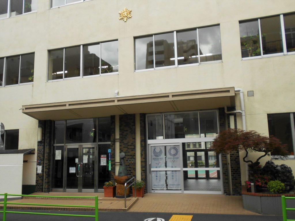 久松小学校玄関の画像。