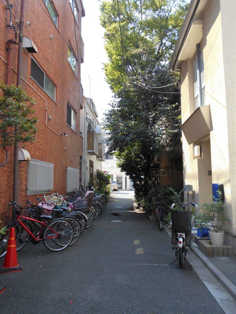 柏原藩江戸下屋敷跡にある路地の画像。