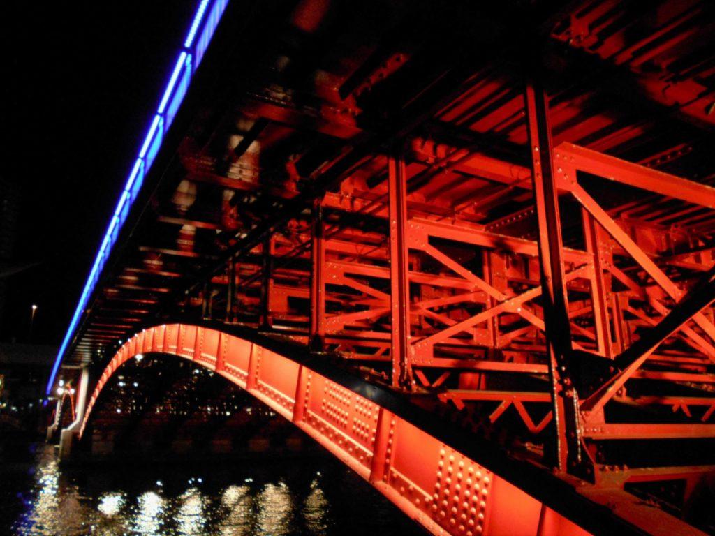 ライトアップされた吾妻橋の画像。