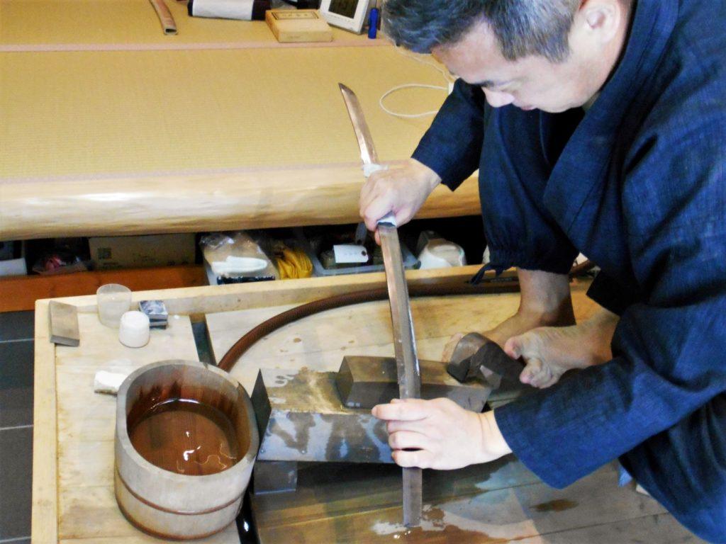 日本刀を研磨する長岡さんの画像。