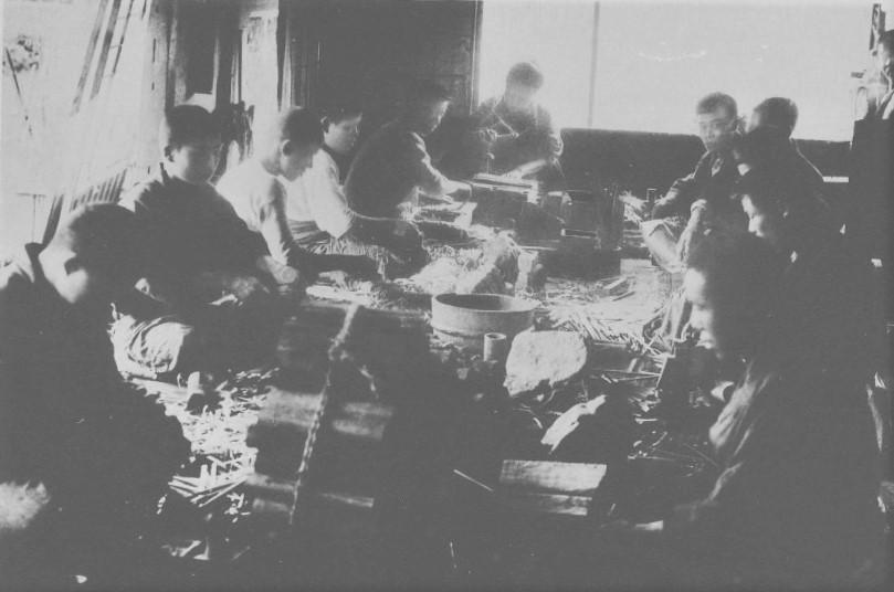 扇骨をつくる工場(「井保扇子工場」『滋賀県写真帖』滋賀県-明治43年、国立国会図書館デジタルコレクション)の画像。