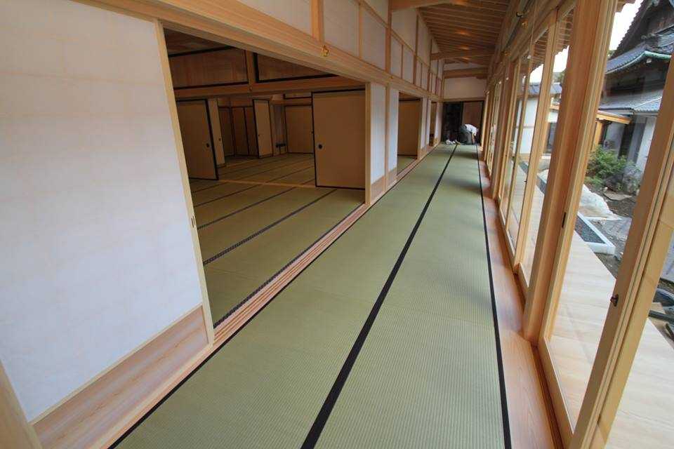 畳敷きの大広間と廊下の画像。写真提供:金井畳店