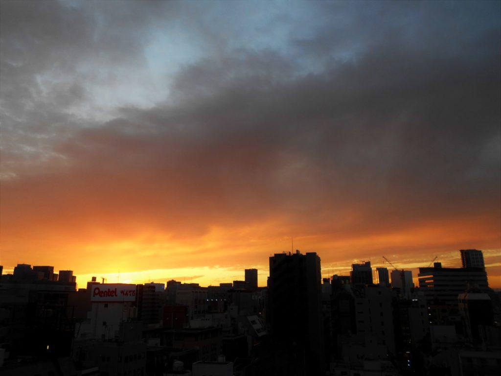 秋葉原に沈む夕日の画像。