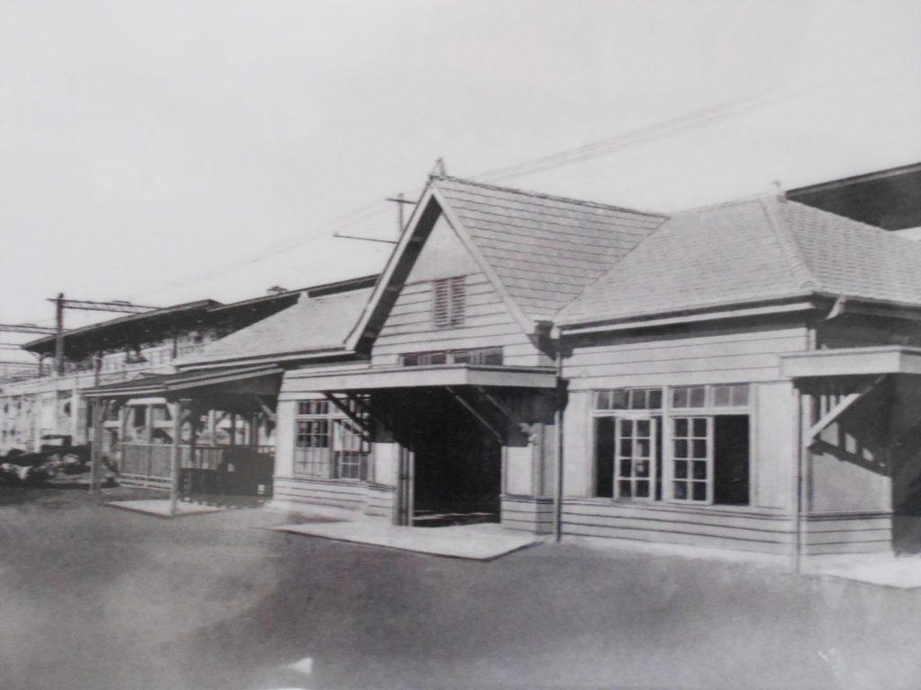 開業当初の秋葉原駅(開業130周年記念品掲載写真)の画像。