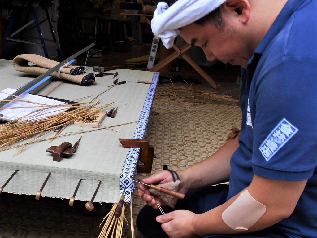 畳を作る金井功さんの画像。
