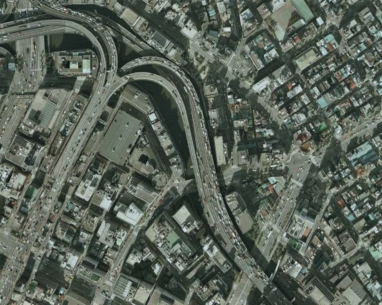 ビル群猗に埋もれる鎧橋(昭和54年撮影空中写真(CKT794-C118-8)〔部分〕)の画像。