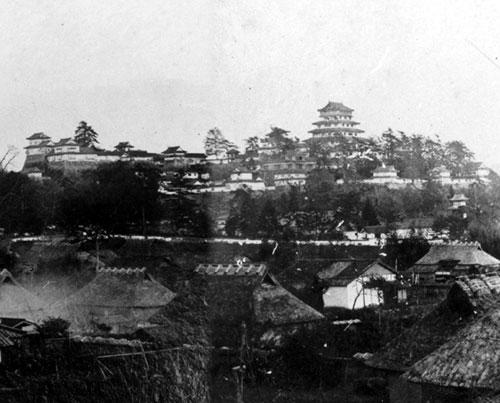 「津山城全景古写真(椿高下より)」(松平国忠、 Wikipediaより20210116ダウンロード)の画像。