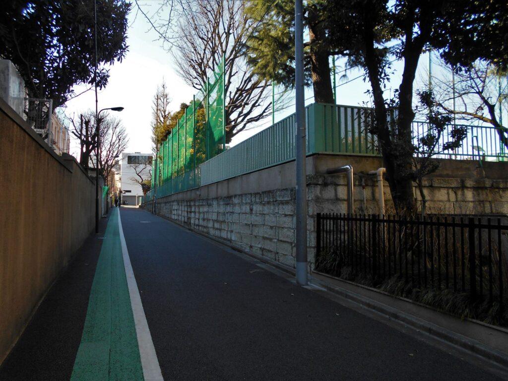 牛込二中と早稲田小学校の間の道の画像。