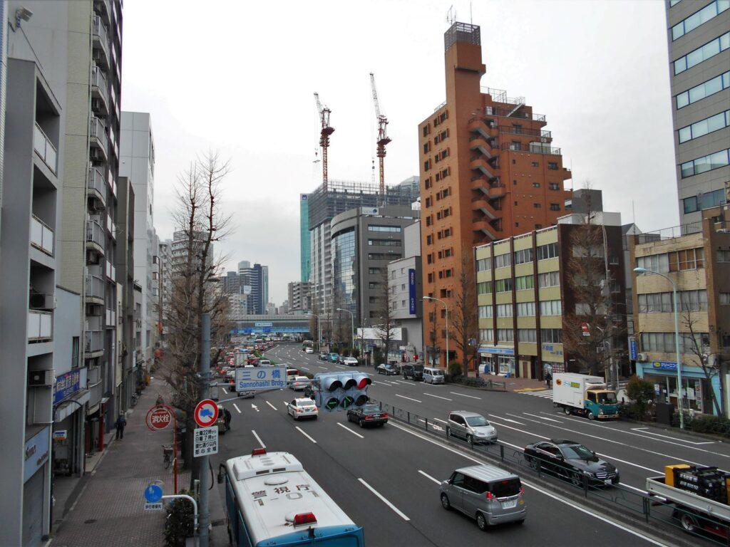 飯田藩下屋敷跡地の遠景(三の橋陸橋から)の画像。