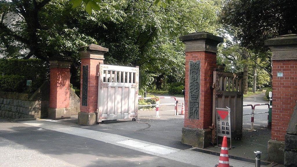 学習院正門(Wikipediaより20210530ダウンロード)の画像。