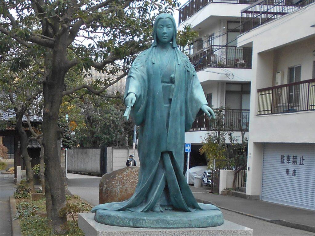 春日局墓所・麟祥院前の春日局像の画像。