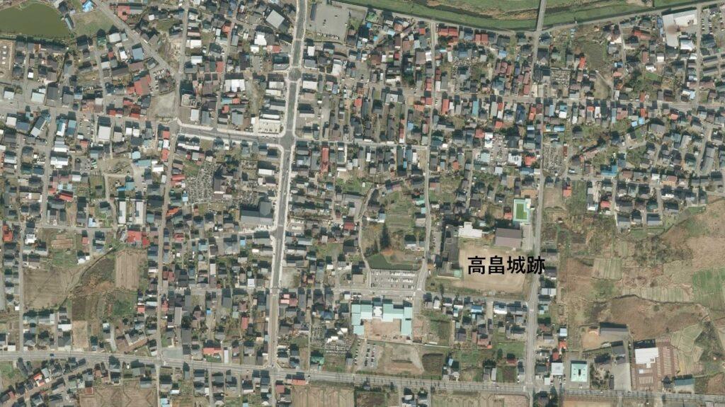 高畠城跡と城下町、平成24年撮影空中写真(国土地理院Webサイトより、CTO20214-C1-14〔部分に加筆〕)の画像