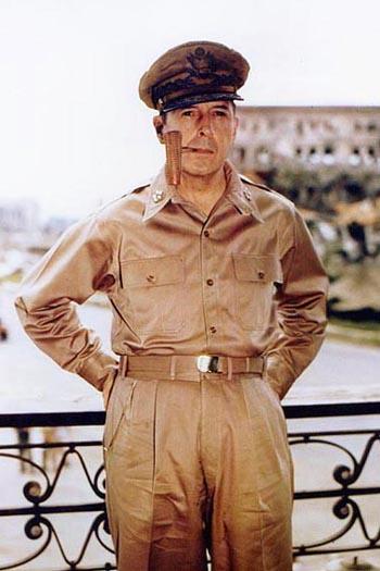 ダグラス・マッカーサー元帥(Wikipediaより20210804ダウンロード)の画像。