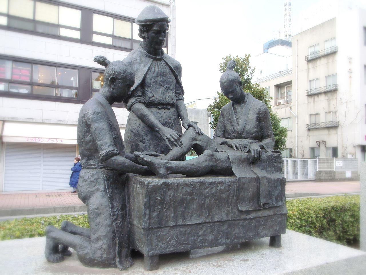 ルイス・デ・アルメイダ(中央)〔西洋医術発祥記念像(大分県大分市)撮影者:OitaKiseichu、Wikipediaより20210828ダウンロード)の画像。