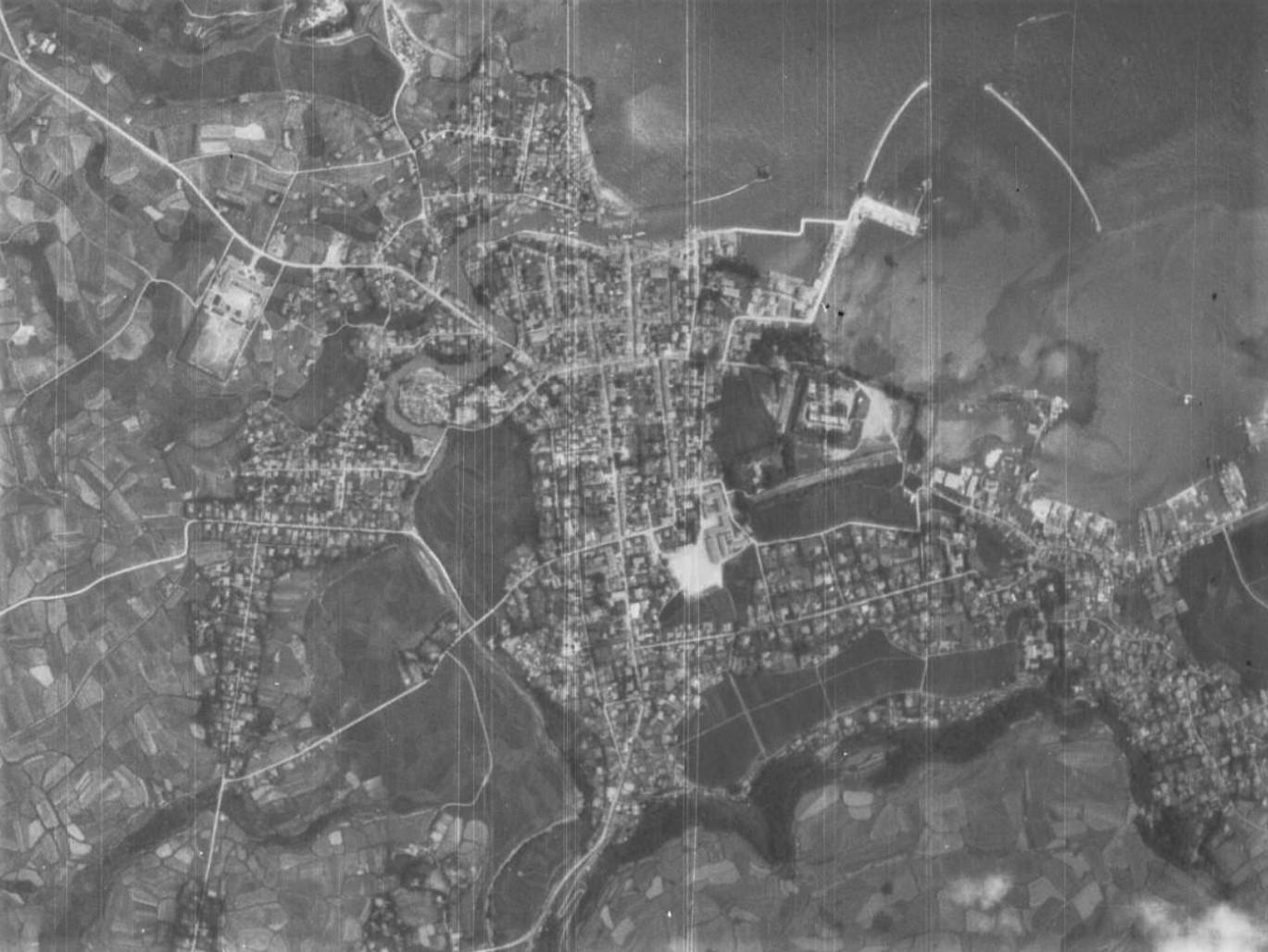 福江市街地、昭和22年撮影空中写真(国土地理院Webサイトより、USA-M415-2-83〔部分〕) の画像。