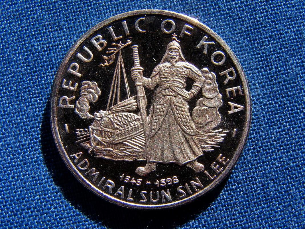 1970年代の李舜臣の100ウォン銀コイン(Wikipediaより20210829ダウンロード) の画像。