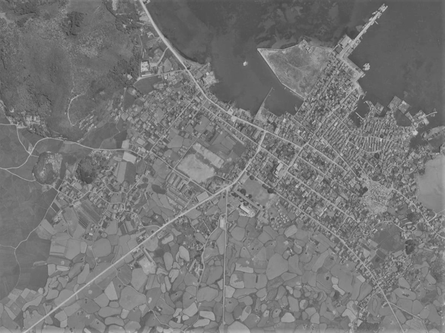 富江陣屋跡と城下町、昭和40年撮影空中写真(国土地理院Webサイトより、MKU652X-C23-10〔部分〕)の画像。